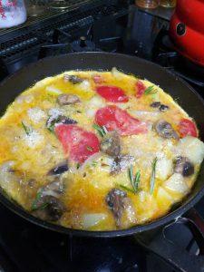 スペイン風オムレツ、じゃがいも玉ねぎマッシュルームトマトパルメザンチーズにんにく1片